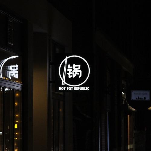 Vingeskilt med lys til restaurant