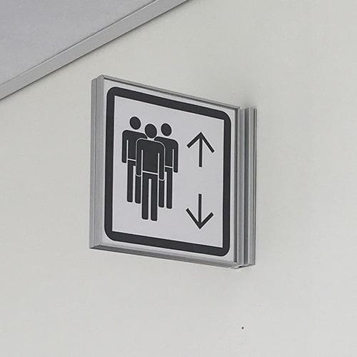 Vingeskilt til elevator