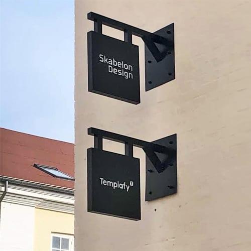 Jern vingeskilte til butik, firma facade