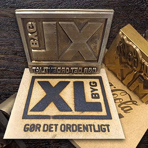 Brændestempel med tekst og logo